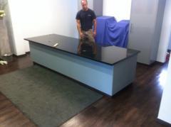 Eine renomierte HNO Praxis in Engelskirchen bekommt eine neue Patientenannahme montiert. Mit Hilfe des LKW Kranes wird die große Granit Platte in die erste Etage gehoben.